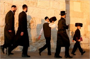 ultra-orthodox-jews-jerusalem-old-city-walls